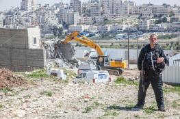 الاحتلال يخطر بوقف البناء واقتلاع أشجار في الأغوار