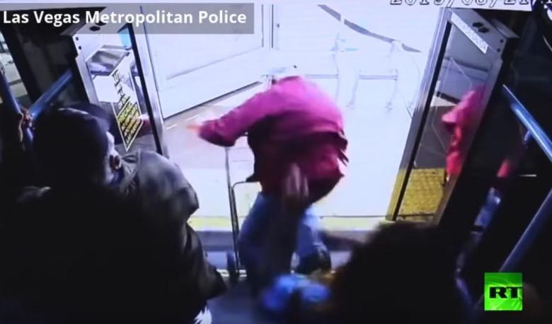 امرأة تدفع برجل مسن من حافلة ما تسبب بمقتله