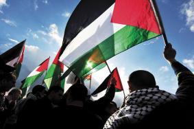بلدية الاحتلال تحتج على رفع الأعلام الفلسطينية بالقدس