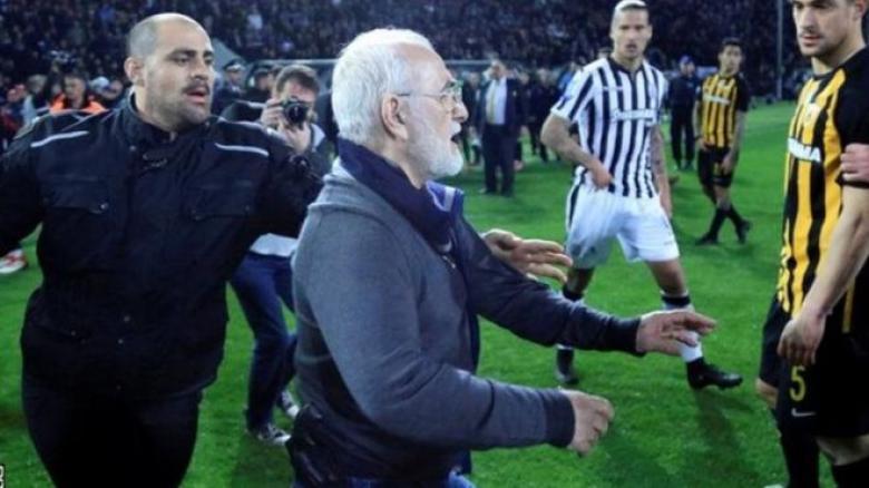 رئيس نادي يوناني يقتحم الملعب بمسدس