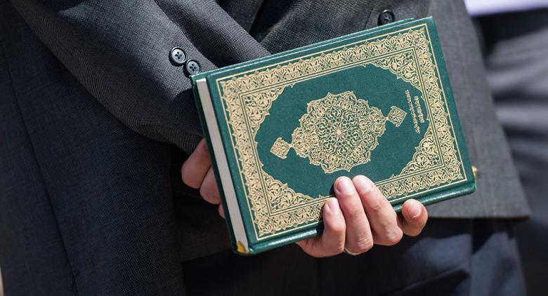 برلماني هولندي أراد تأليف كتاب ضد الإسلام فاعتنقه