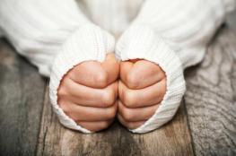 برودة الأطراف في الشتاء قد تعني إصابتك بأحد تلك الأمراض