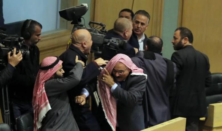 """مشاجرة النواب الأردنيين كاملة و""""ضربة العقال"""" تتصدر"""