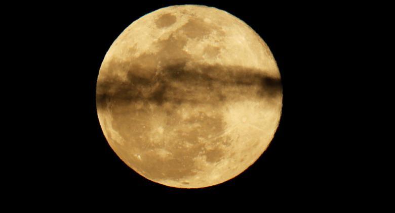 """""""ناسا"""" تحذر من انهيار وشيك للقمر ينذر بـ""""نهاية العالم"""""""