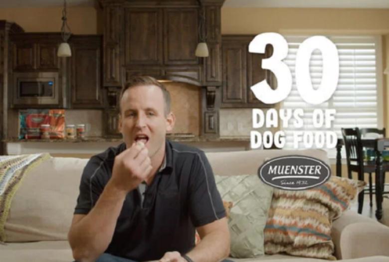 رجل يتناول طعام الكلاب 30 يوميًا.. والسبب؟
