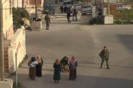 الخليل: الاحتلال يفتش منازل ومنشآت وينصب حواجز