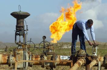 النفط يهبط مع ارتفاع الدولار