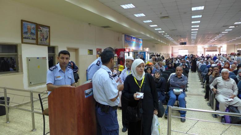 الاحتلال يمنع 12 فلسطينيا من السفر على معبر الكرامة