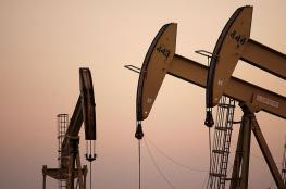 النفط يتراجع من أعلى مستوى في عامين ونصف
