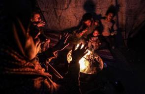 أطفال غزة يشعلون النار كوسيلة للتدفئة خلال أجواء الشتاء