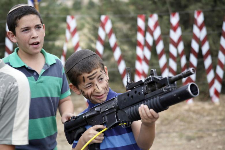 شاهد كيف يدرب الاسرائيليون أطفالهم على الكراهية والقتل