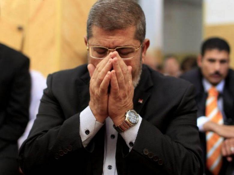 شاهد: مقدسيون يستذكرون مرسي في الأقصى بتهنئة العيد