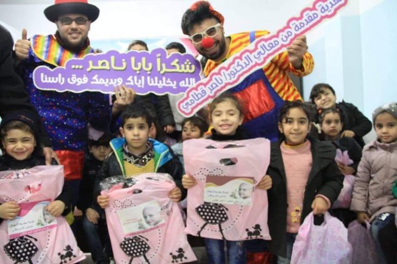قطامي يقدم هدايا للأطفال بمناسبة يوم السرطان العالمي