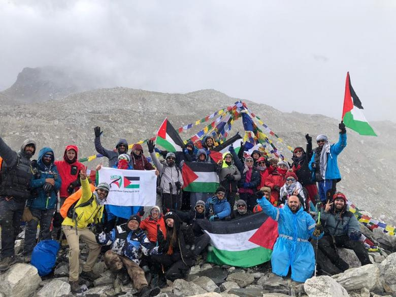 """27 شابًا وفتاة يرفعون علم فلسطين على """"إفرست"""""""