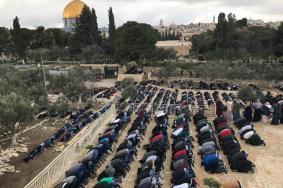 المصلون يفتحون باب مصلى الرحمة بعد إغلاقه منذ 2003