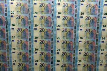 اليورو قرب أعلى مستوى وعملة بتكوين تهوي
