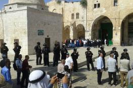 مستوطنون وعناصر مخابرات إسرائيليون يقتحمون الأقصى