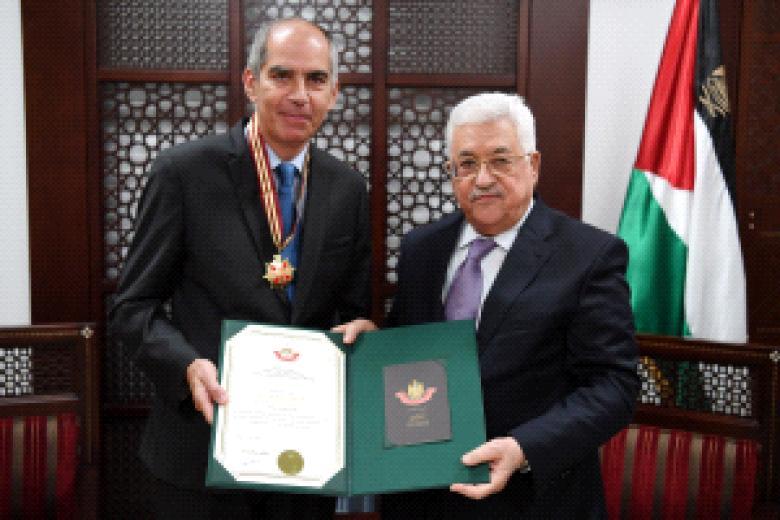 """عباس يقلد القنصل الفرنسي العام وممثلة بولندا """"نجمة القدس"""""""