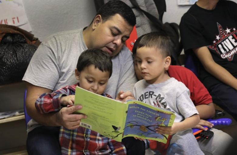 دراسة: القراءة للأطفال من كتاب ورقي تزيد التفاعل معهم