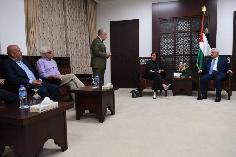 """الأحرار: استقبال عباس لوفد إسرائيلي """"جريمة وطنية"""""""