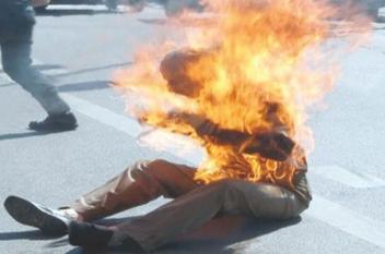 مواطن جزائري يضرم النيران برئيس بلدية