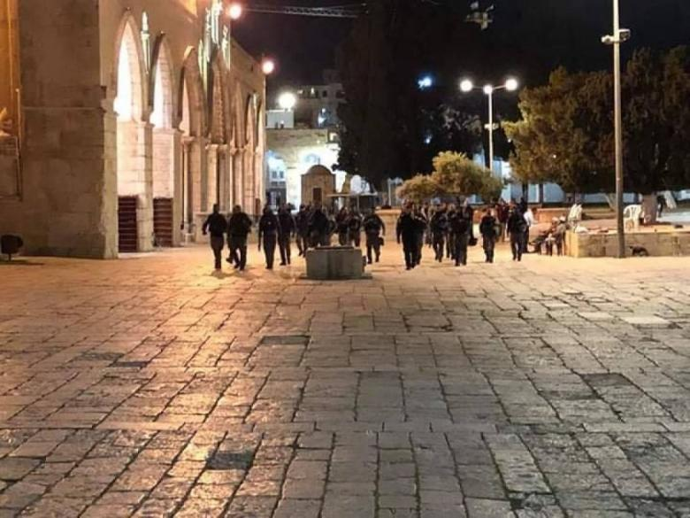 الاحتلال يخلي المعتكفين ويعتقل 4 منهم في المسجد الأقصى