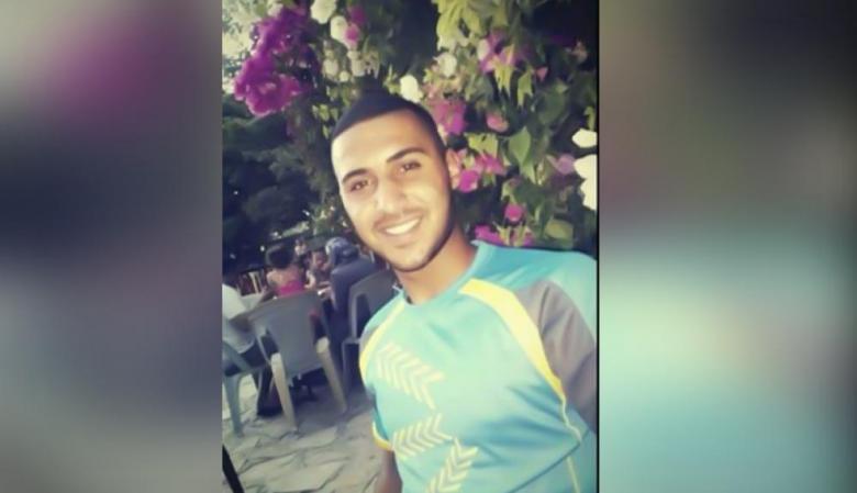 مشهد مؤثر لأسير فلسطيني لحظة لقاء والدته