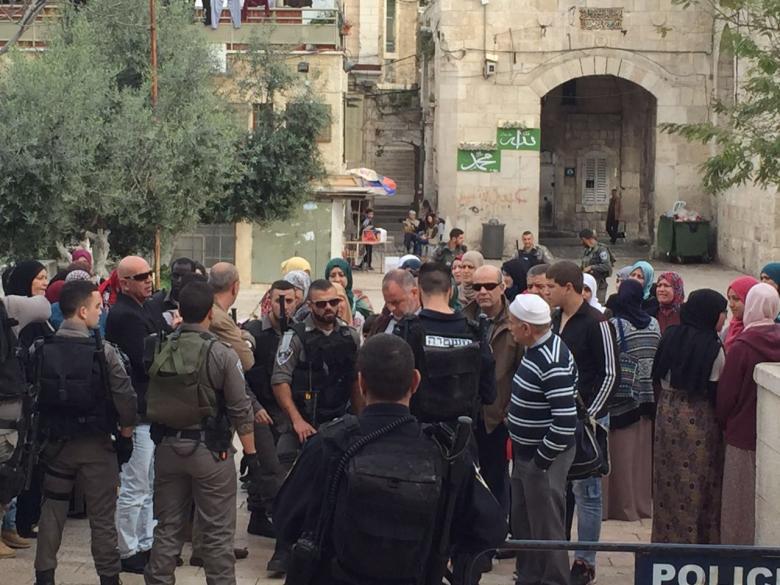 الاحتلال يعتقل شاب ومسن من محيط المسجد الأقصى
