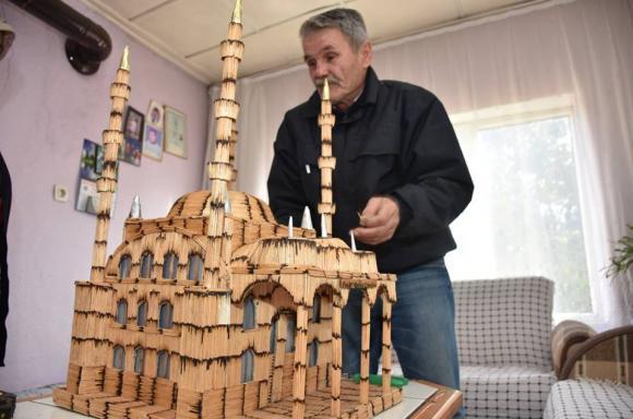 تركي يصنع مجسما لجامع بأربعة مآذن باستخدام عيدان الكبريت