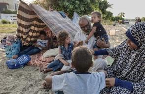 عائلة غزية أنهكها الحصار وباتت بلا مأوى