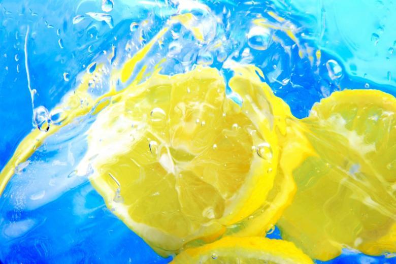 فوائد الماء الدافىء مع الليمون صباحًا..