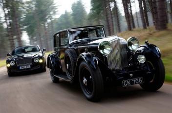 السيارات الكلاسيكية القديمة إلى جانب النسخ الحديثة منها
