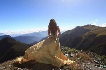 """نهاية مأساوية لـ""""فتاة البكيني"""" فوق الجبل"""