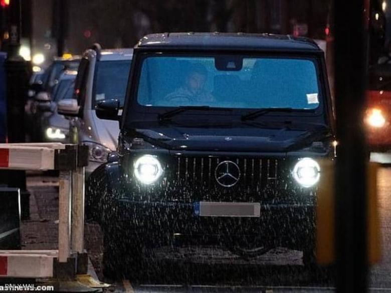 الصور تكشف بيكهام.. ماذا تفعل داخل السيارة؟