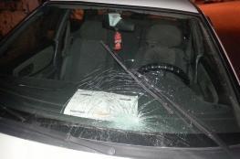 مستوطنون يرشقون سيارات فلسطينية بالحجارة بالخليل