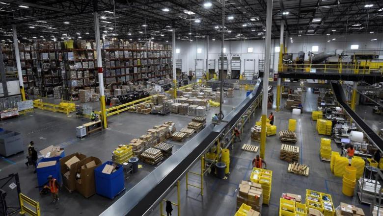 أمازون تخطط لإحلال روبوتات مكان بعض العاملين في مستودعاتها