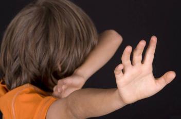 مصر.. القبض على والدي طفلة عذبتها أمها