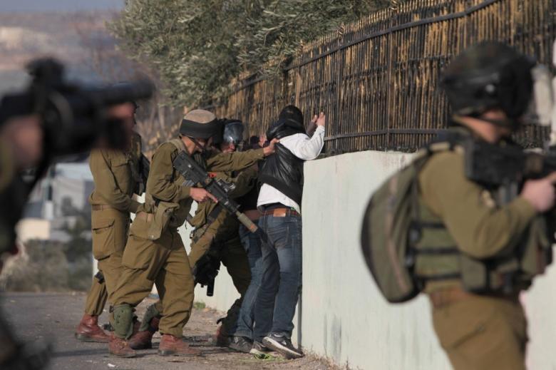 الاحتلال يعتقل شابا على حاجز عسكري في الخليل