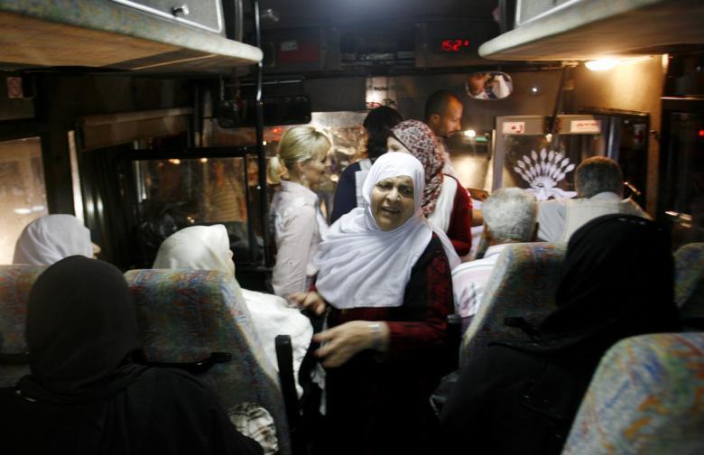 """أهالي أسرى غزة يزورون ذويهم بـ""""نفحة"""""""