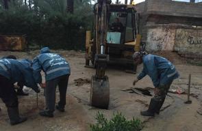 عمل فريق الطوارئ لمواجهة أضرار المنخفض بدير البلح