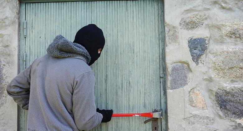 شاب يتصدى بقوة للص مسلح اقتحم منزله
