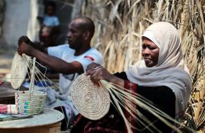 صناعة القش من سعف النخيل في غزة