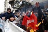 متظاهرون روس يحرقون علم تركيا