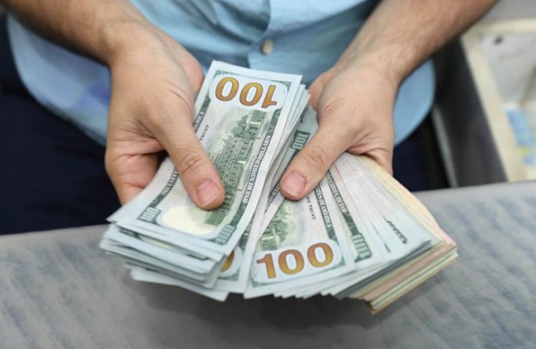 الدولار يتراجع مع هبوط عوائد السندات الأمريكية