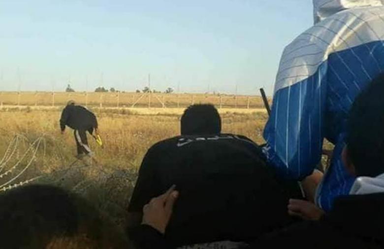 شبان يحرقون خيام القناصة الإسرائيلية على حدود القطاع