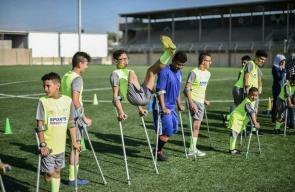 أطفال مبتوري الطرف يلعبون مباراة كرة قدم في ملعب الدرة وسط القطاع