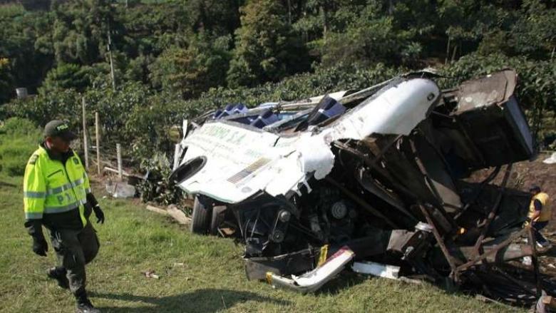 مقتل 14 وإصابة 35 آخرين بسقوط حافلة بكولومبيا