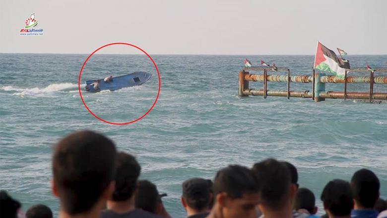 """عدسة """"فلسطين الآن"""" ترصد لحظة اجتياز مركب فلسطيني الحدود البحرية مع الاحتلال"""
