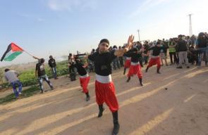 دبكة فلسطينية خلال المواجهات شرق غزة