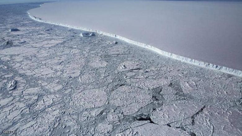 أكبر جبل جليدي في العالم يقترب من مياه المحيط